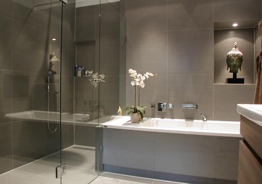 20170410&225154_Nieuwe Badkamer En Wc ~ De nieuwe badkamer met dubbele wastafel, een ligbad en achter glas
